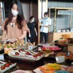 Seorang Pengunjung Luminor Hotel Sidoarjo Yang Sedang Mencicipi Menu Hidangan Dari Berbagai Negara Penjuru Dunia